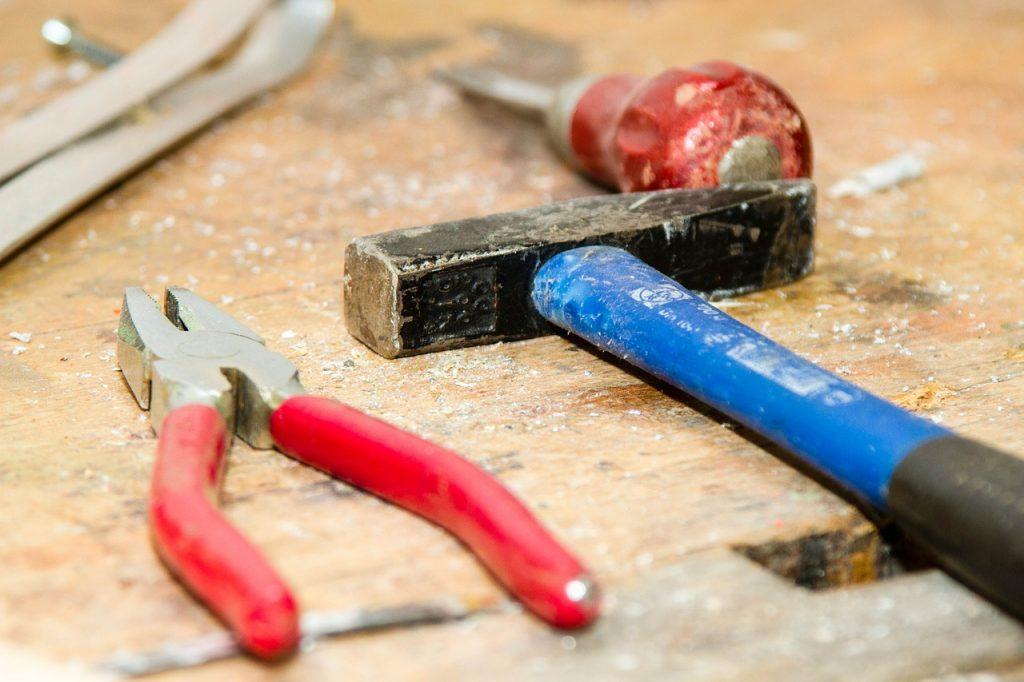 tool, workbench, hammer-384740.jpg